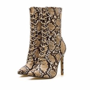 Size 6 Women's Lace-Up Snake Print Ankle Boots🐍